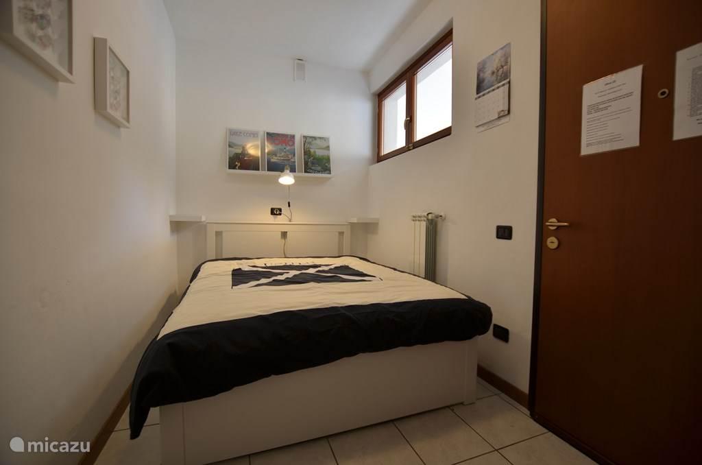 De slaapkamer met twee-persoonsbed.
