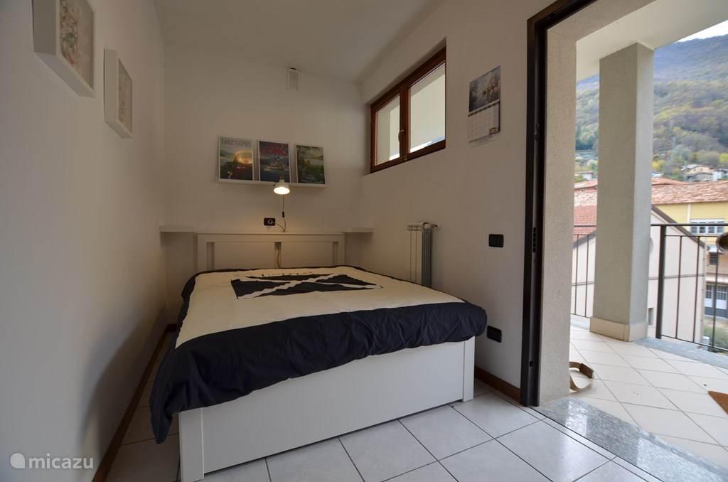 De slaapkamer met twee-persoonsbed in het voorportaal.