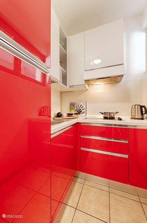 De kleurrijke keuken.