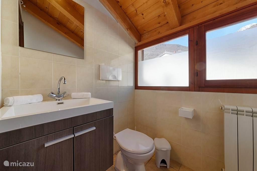 De en-suite badkamer op de bovenverdieping.