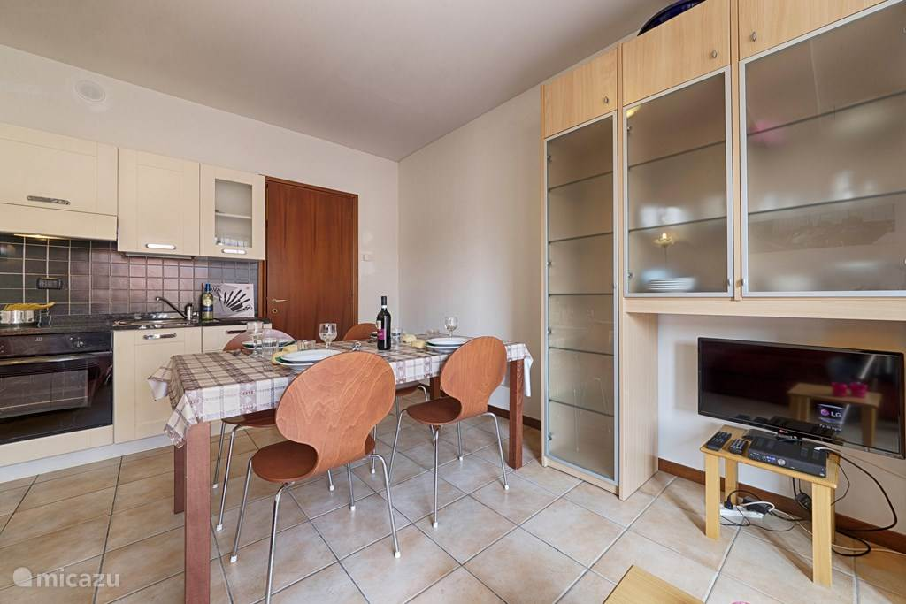 De woonkamer en de keuken.