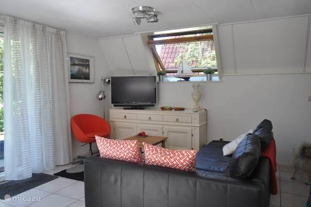 de woonkamer met digitale televisie