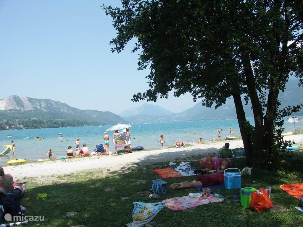 Het strand van het meer van Annecy