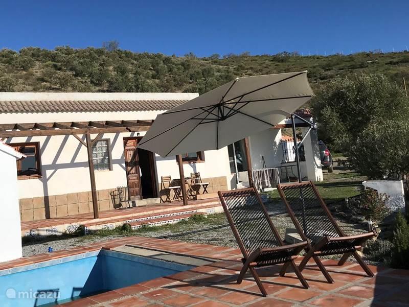 Voorkant huis met terras.
