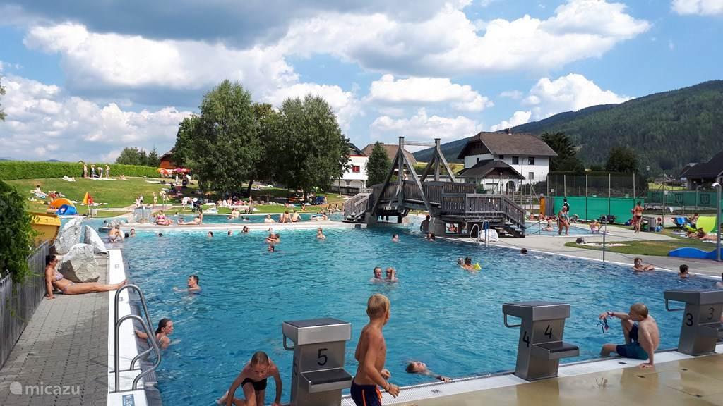 één van de vier zwembaden in de directe omgeving