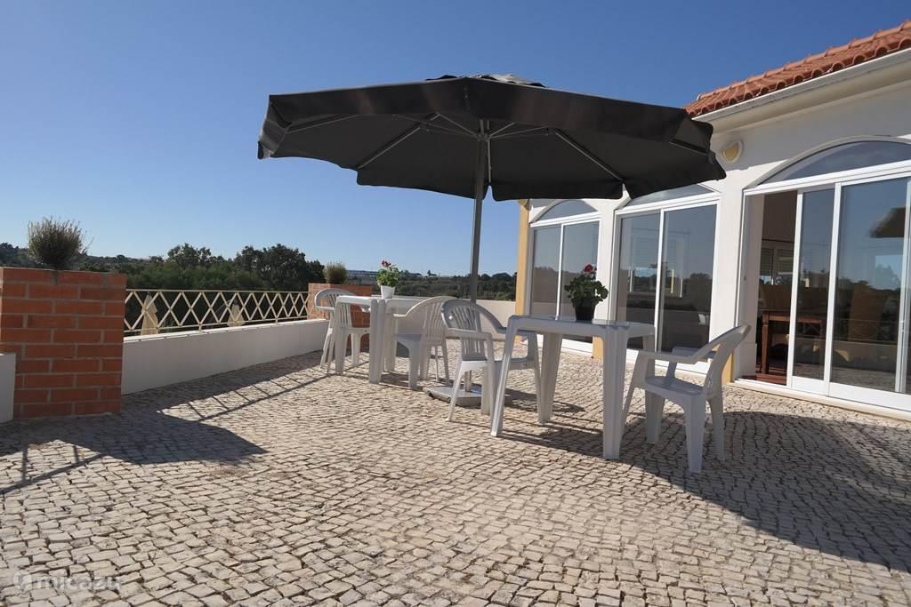 Het ruimen zonnige terras met mooi uitzicht over de vallei en zwembad met mogelijkheid voor bbq