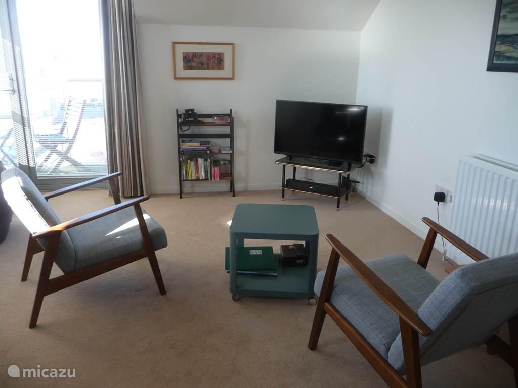 woonkamer/eetkamer/keuken met TV, sound bar, WIFI