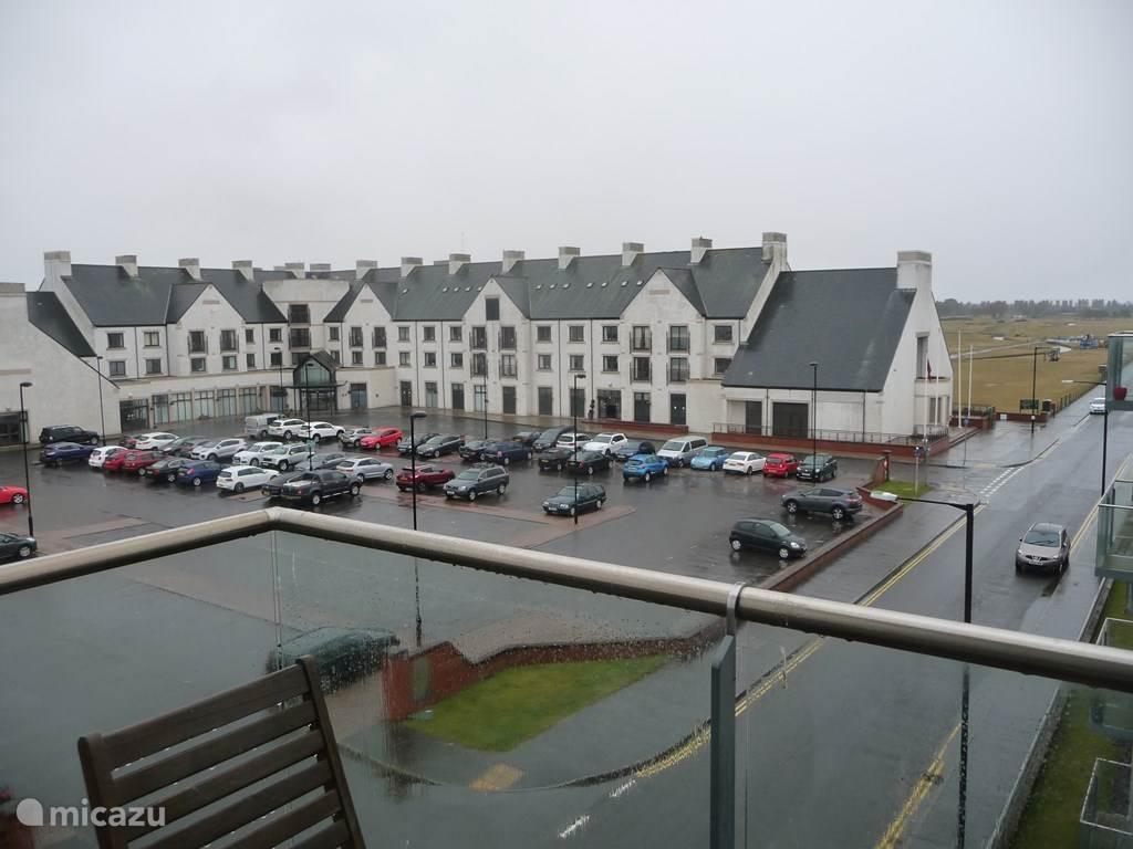 uitzicht van het balkon naar het Golf Hotel