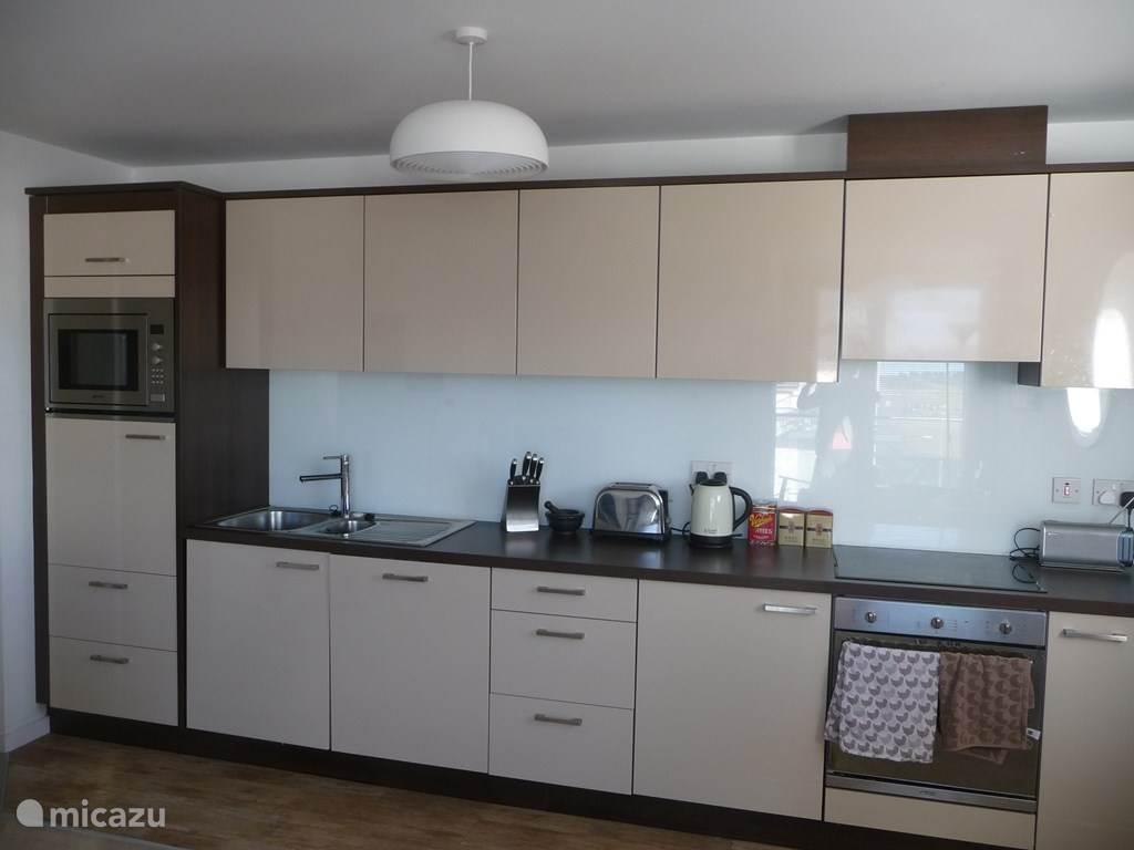 de keuken met alle moderne  voorzieningen