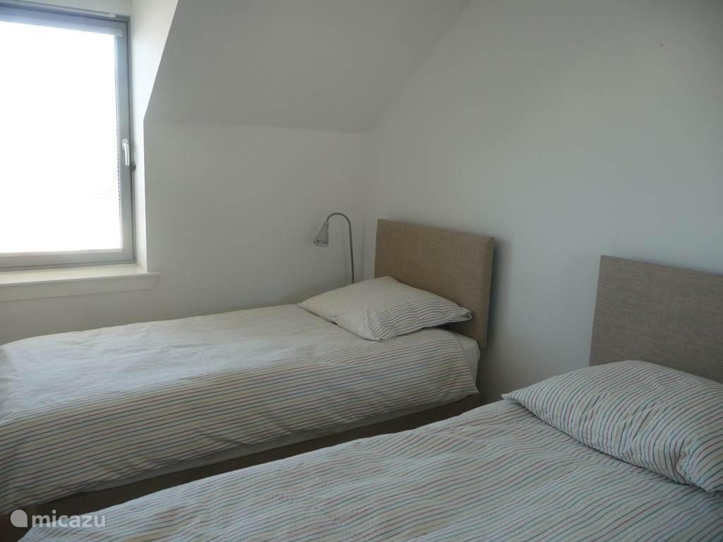 slaapkamer met twee bedden van 90cm.