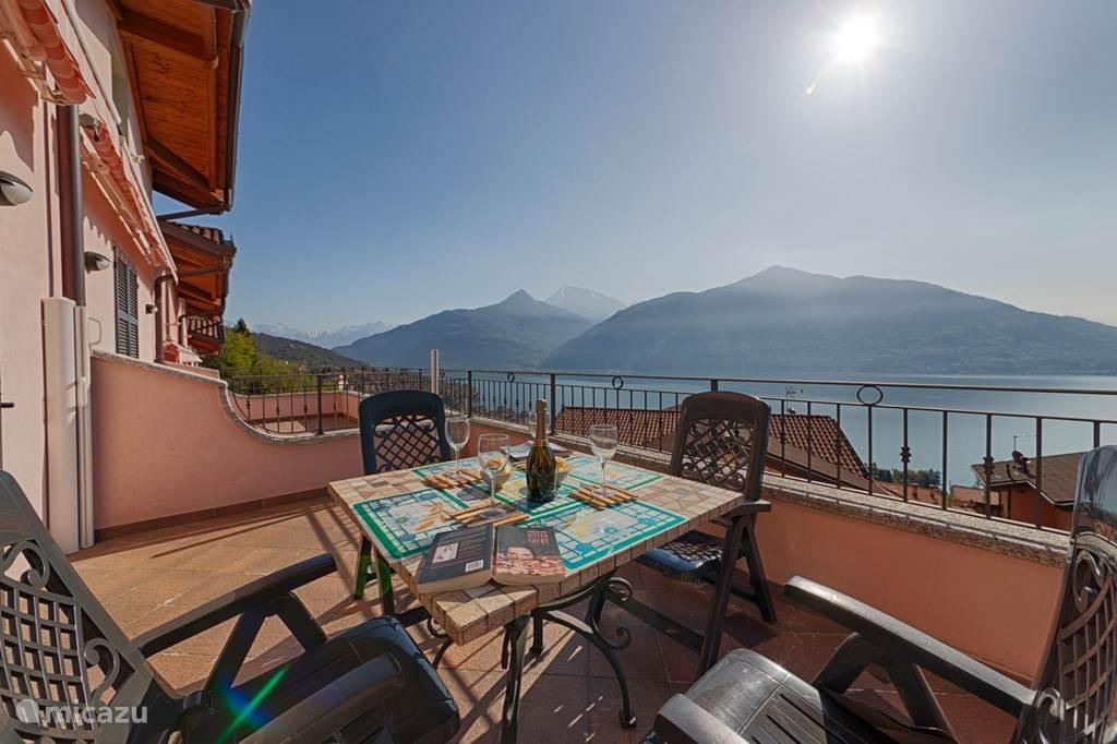 Het ruime balkon met geweldig meerzicht en zonnewering.