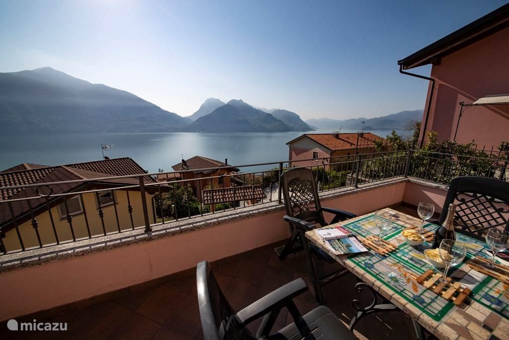 Heerlijk genieten van het geweldige uitzicht vanaf het ruime balkon.