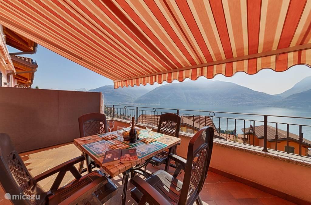 De ruime overdekte balkon met zonnewering en geweldig uitzicht.