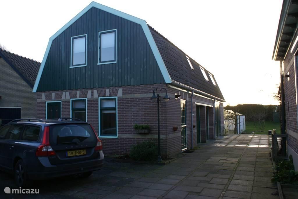 Appartement met begane grond (keuken en WC) en 1e verdieping (slaapkamers, woonkamer en badkamer met WC)