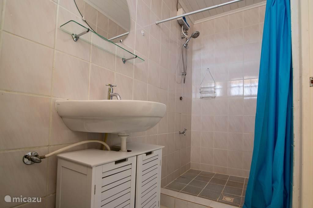 Badkamer bij slaapkamer met dubbel bed