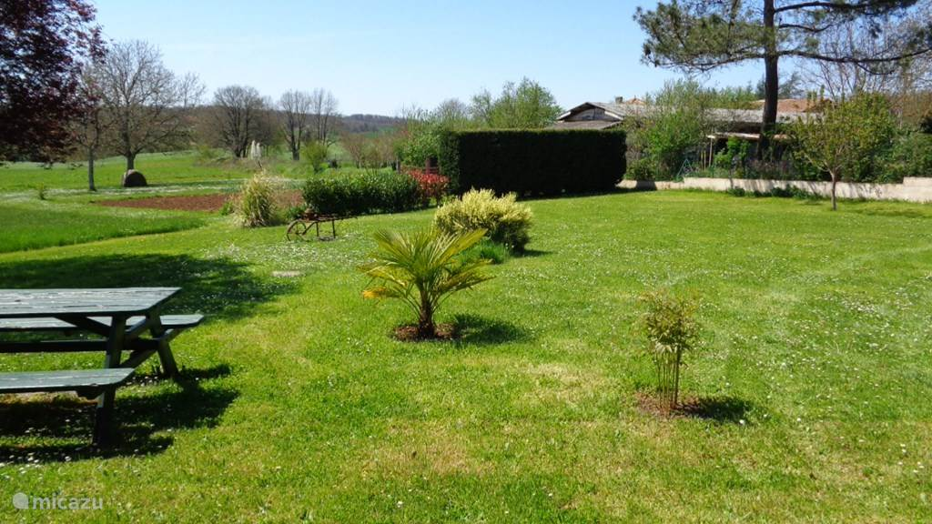 Ruime tuin met mooi uitzicht.