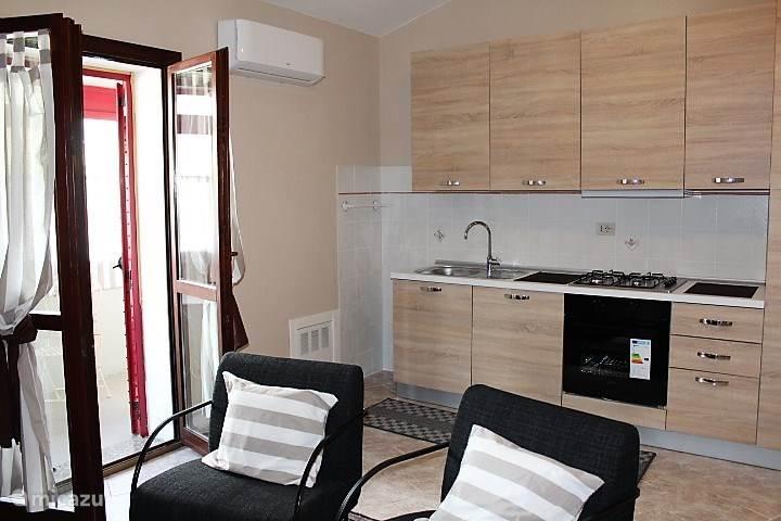 De geheel nieuwe keuken in het appartement