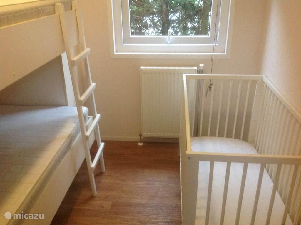 Stapelbed en ruimte voor bijvoorbeeld kinderbed