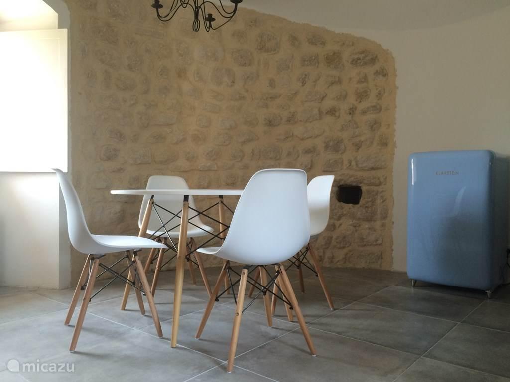 Keuken/eetkamer IN middeleeuwse toren.