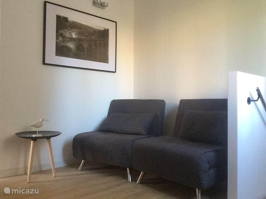 Woon/slaapkamer met uitklapbare fauteuils (goede kwaliteit)