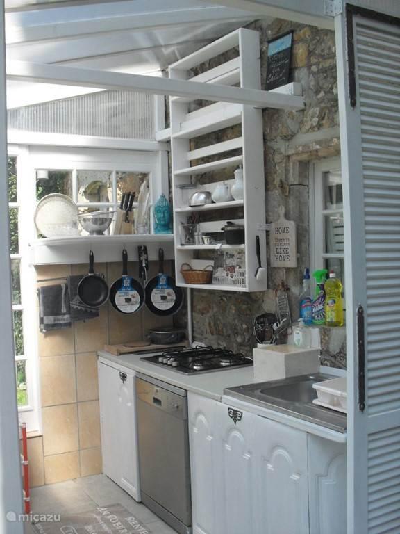 buitenkeuken met vaatwasser en kookgelegenheid , BBQ en omheinde achtertuin.