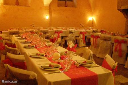 Dining room under the vaults of the former kitchen of the château
