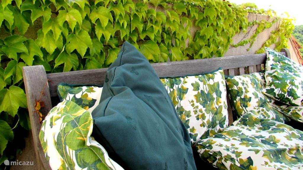 detail van tuinbank op terras