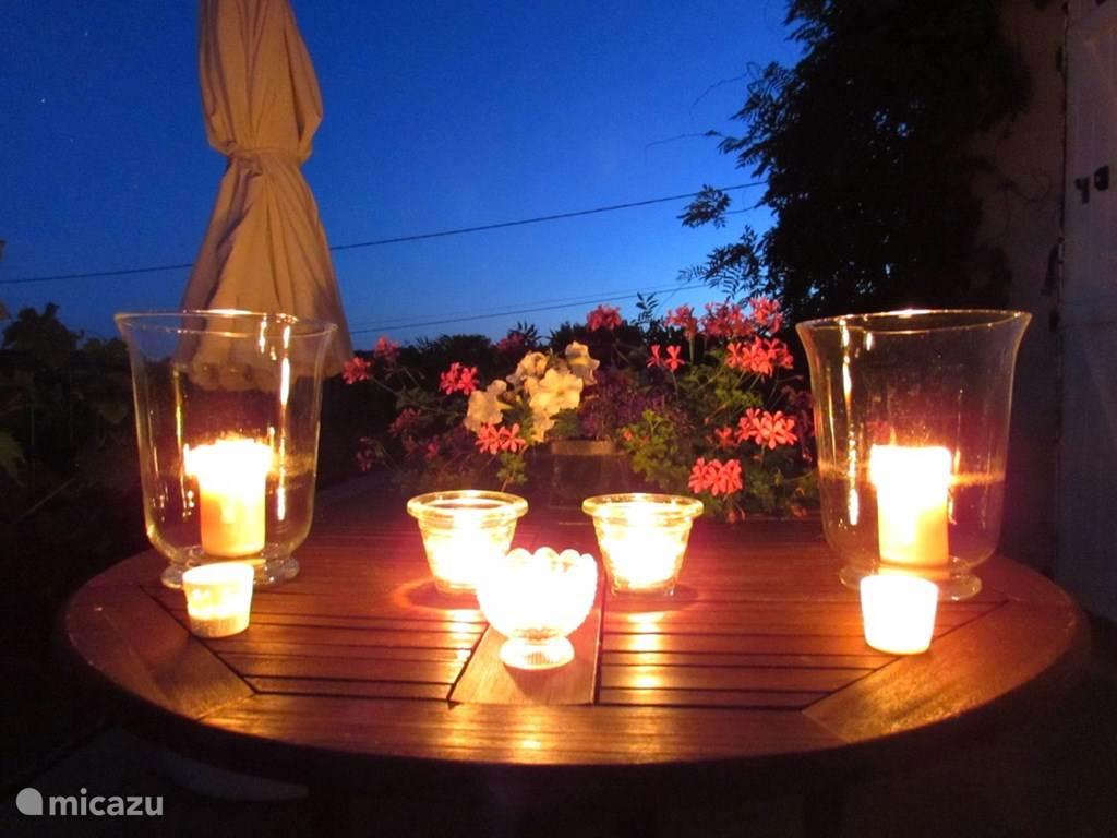 warme zomeravonden op het terras