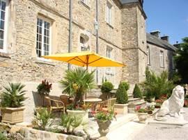 veel terrasjes rondom het kasteel om buiten te kunnen eten