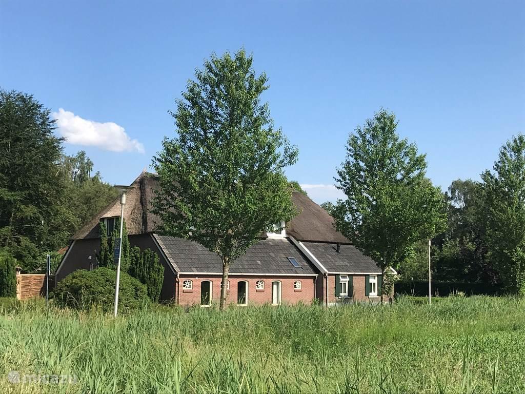 De woonboerderij. Links en boven woont ons gezin. Rechts is het voorhuis.
