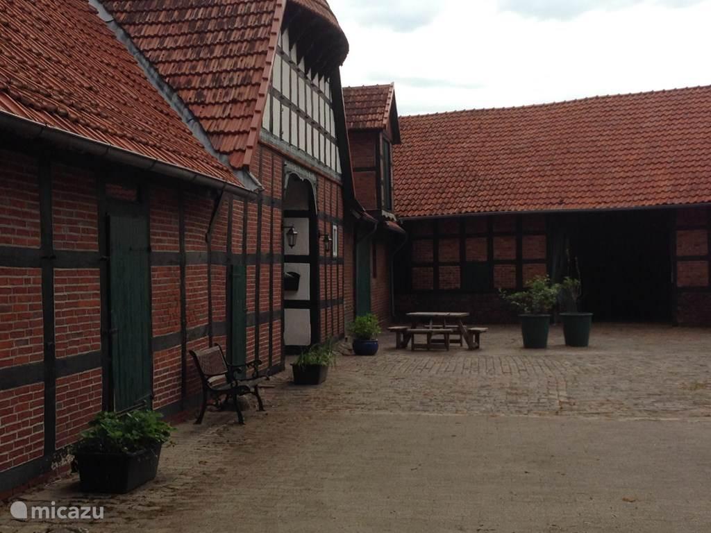 Het binnenplein van Ferienhof BrinkOrt