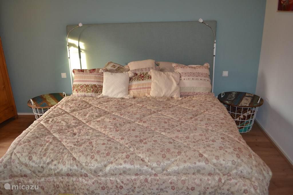De ruimte en lichte slaapkamer.