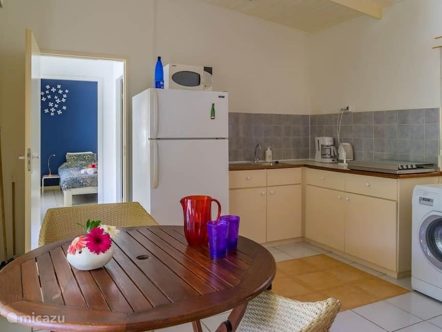 Complete keuken met gasstel, koelvriescombinatie, koffiezetapparaat, waterkoker, mixer, eierkoker, citruspers en wasmachine
