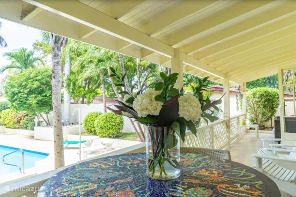 Porch waar u kunt relaxen en weer opladen voor nieuwe avonturen op het eiland