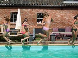 Heerlijk spelen in het zwembad