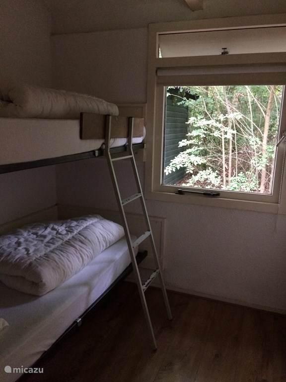 Er zijn twee stapelbedden, ook met goede matrassen.