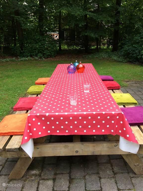 Gezellig met elkaar buiten eten aan de ruime picknicktafel