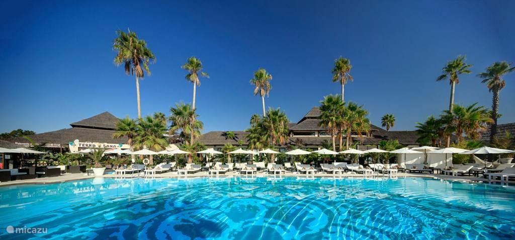 De oorsprong van de naam van onze vakantiewoning ... het exotische 'Laguna Village Marbella', met 6 restaurants en 3 van de meest bekende beach clubs in Marbella.