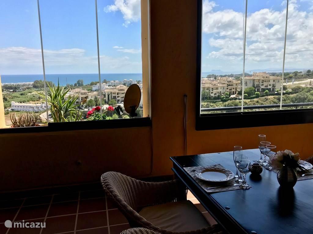 Een aperitiefje, lunch of dinertje met dit fantastische uitzicht? Ook in voor- en najaar, en winter, dankzij de glasgordijnen.