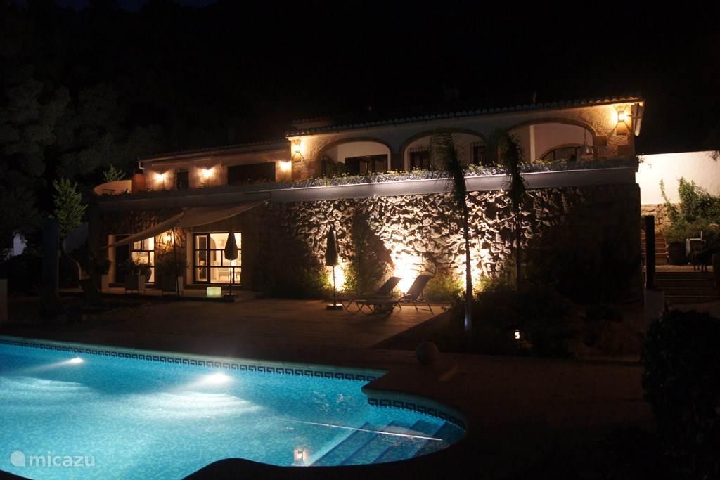 Finca Robusto by night