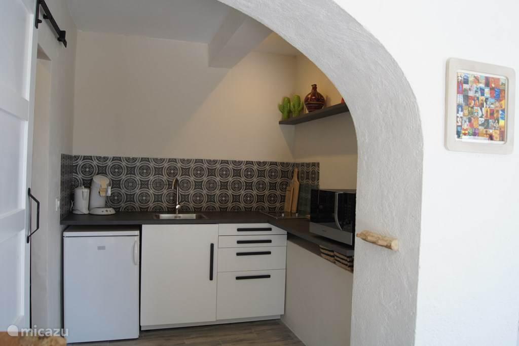 eigen keuken met combimagnetron koelkast en alle toebehoren