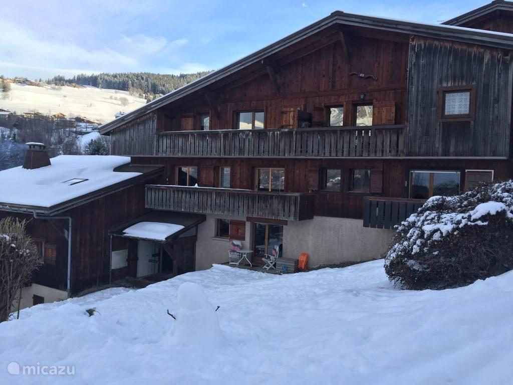 Dit is het appartementengebouw Les Carlines. De studio ligt op de begane grond ( te zien aan oranje slee) en biedt veel privacy.