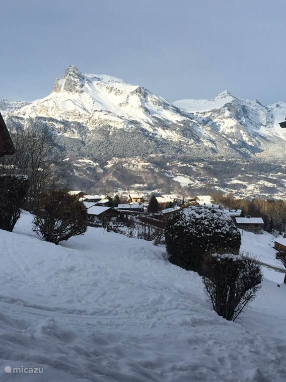 Het uitzicht op het Mont Blanc massief vanuit de studio en de tuin.