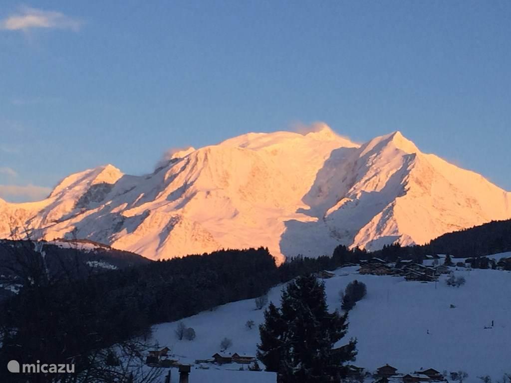 Het uitzicht op de Mont Blanc vanuit de tuin en het dorp.