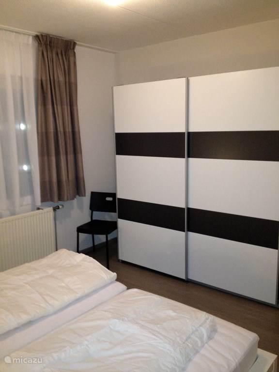 Grote slaapkamer met royale schuifdeurkast