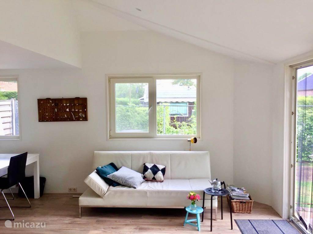 De huiskamer met comfortabele bank