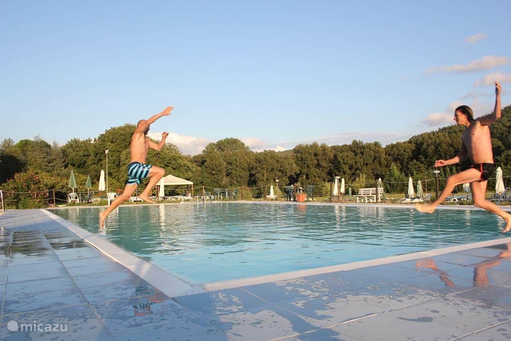 • heerlijk wedstrijd- en speelzwembad op 2 kilometer afstand