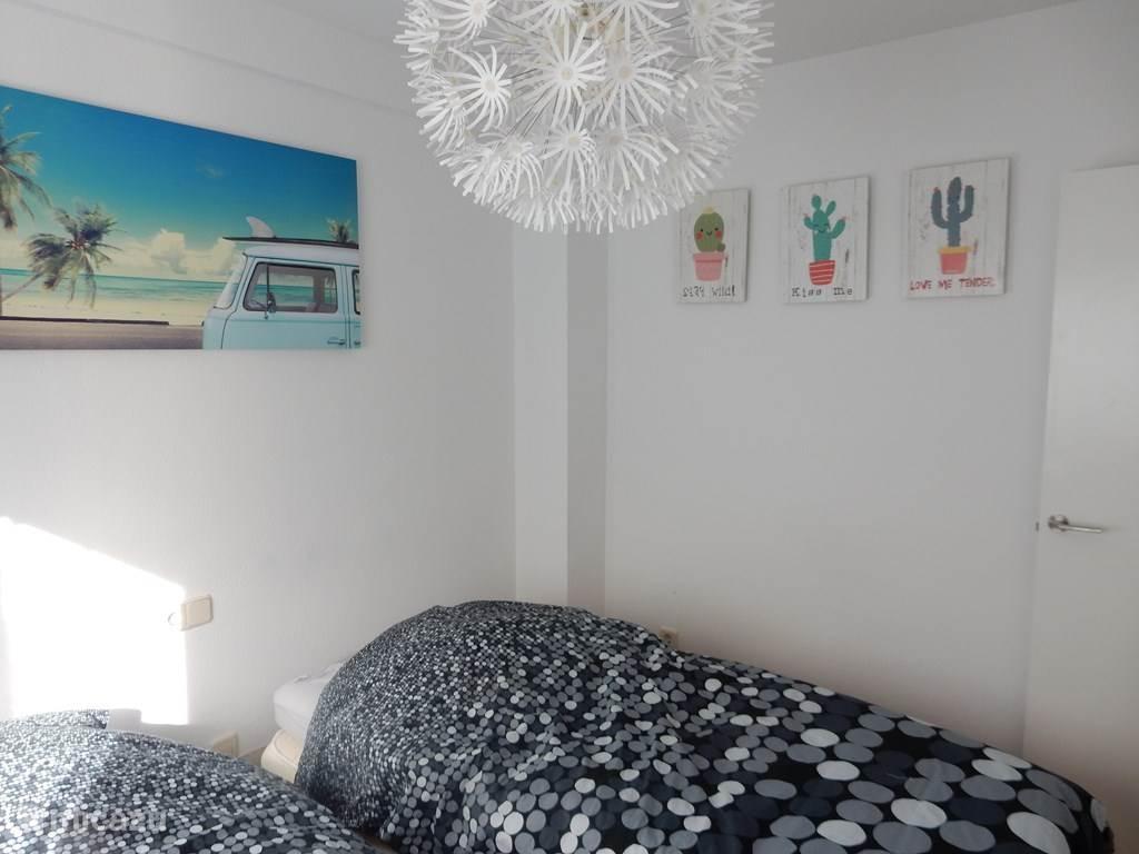 slaapkamer met 2 separate bedden
