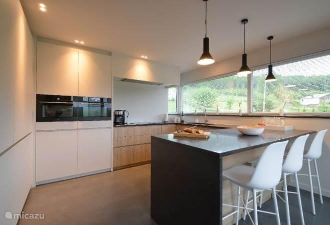 Küche mit 2 Kühlschränken, Backofen, Mikrowelle, Geschirrspüler, Elektroherd