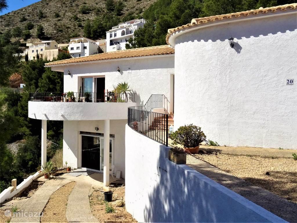 Landelijk gelegen ruime villa met prachtig terras en groot landstuk
